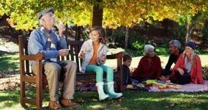 τρεις γενεές της οικογένειας που έχει τη διασκέδαση υπαίθρια φιλμ μικρού μήκους