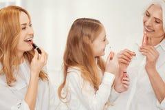 Τρεις γενεές των γυναικών που πειραματίζονται με το makeup στο σπίτι Στοκ φωτογραφία με δικαίωμα ελεύθερης χρήσης