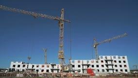 Τρεις γερανοί κατασκευής που λειτουργούν στην περιοχή απόθεμα βίντεο
