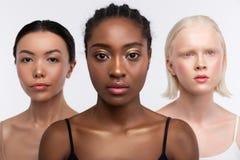 Τρεις γυναίκες με τη διαφορετική χροιά που θέτει από κοινού στοκ φωτογραφία με δικαίωμα ελεύθερης χρήσης