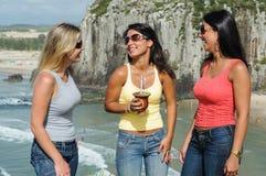 Τρεις γυναίκες που παίρνουν το chimarrão στην παραλία Torres στοκ φωτογραφίες