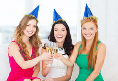Τρεις γυναίκες που φορούν τα καπέλα με τα γυαλιά σαμπάνιας Στοκ εικόνες με δικαίωμα ελεύθερης χρήσης