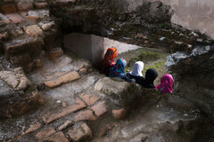 Τρεις γυναίκες Moeslim που κάθονται να αντιμετωπίσει πίσω Στοκ εικόνα με δικαίωμα ελεύθερης χρήσης