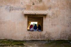 Τρεις γυναίκες Moeslim που κάθονται να αντιμετωπίσει πίσω Στοκ φωτογραφία με δικαίωμα ελεύθερης χρήσης
