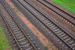 Τρεις διαδρομές σιδηροδρόμων και πράσινη χλόη Στοκ εικόνες με δικαίωμα ελεύθερης χρήσης