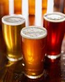 Τρεις διαφορετικοί τύποι μπυρών στις κούπες γυαλιού στοκ φωτογραφία με δικαίωμα ελεύθερης χρήσης