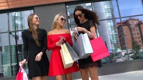 Τρεις ελκυστικές γυναίκες που συζητούν την ημέρα αγορών τους Χαριτωμένα όμορφα κορίτσια μετά από να ψωνίσει στη λεωφόρο Ευτυχείς  φιλμ μικρού μήκους
