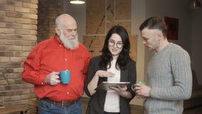 Τρεις ενήλικοι άνθρωποι που συζητούν κάτι φιλμ μικρού μήκους