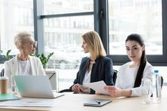 τρεις επαγγελματικές διαφορετικές επιχειρηματίες ηλικίας στη συνεδρίαση στοκ εικόνες