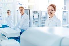 Τρεις επιστήμονες που θέτουν σε μια γραμμή Στοκ Εικόνα
