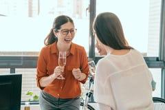 Τρεις επιχειρηματίες απολαμβάνουν τη συζήτηση κοριτσιών Στοκ εικόνα με δικαίωμα ελεύθερης χρήσης