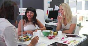 Τρεις επιχειρηματίες που έχουν το γεύμα εργασίας στην αρχή απόθεμα βίντεο