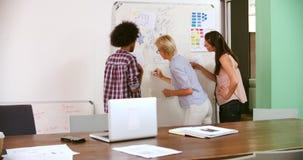 Τρεις επιχειρηματίες που διοργανώνουν τη συνεδρίαση του 'brainstorming' στην αρχή απόθεμα βίντεο