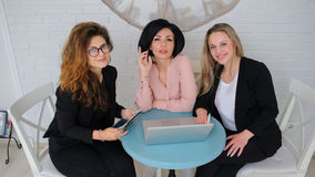 Τρεις επιχειρησιακές γυναίκες διοργανώνουν μια συνεδρίαση Στοκ εικόνα με δικαίωμα ελεύθερης χρήσης