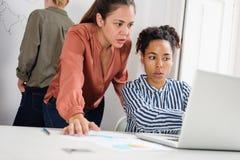 Τρεις επιχειρησιακές γυναίκες σε ένα γραφείο Στοκ Εικόνες
