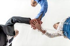 Τρεις επιχειρησιακοί συνάδελφοι που συσσωρεύουν τα χέρια Στοκ φωτογραφία με δικαίωμα ελεύθερης χρήσης