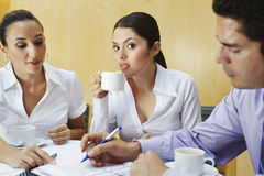 Τρεις επιχειρησιακοί συνάδελφοι στη συνεδρίαση των γραφείων Στοκ φωτογραφία με δικαίωμα ελεύθερης χρήσης