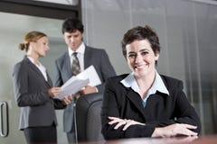 Τρεις εργαζόμενοι γραφείων που συναντιούνται στην αίθουσα συνεδριάσεων Στοκ φωτογραφία με δικαίωμα ελεύθερης χρήσης