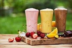 Τρεις εύγευστοι milkshakes και καταφερτζήδες υπαίθρια στοκ εικόνες