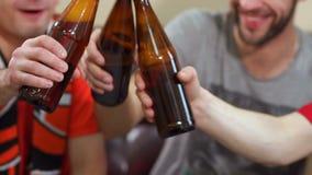 Τρεις εύθυμοι οπαδοί ποδοσφαίρου που πίνουν την μπύρα φιλμ μικρού μήκους