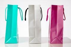 Τρεις ζωηρόχρωμες τσάντες αγορών πωλήσεις αντίθετα προς Στοκ Εικόνες