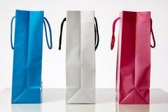 Τρεις ζωηρόχρωμες τσάντες αγορών πωλήσεις αντίθετα προς Στοκ Φωτογραφία