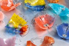 Τρεις ζωηρόχρωμοι οδοντικοί στηρίγματα ή υπηρέτες για τα δόντια στο υπόβαθρο metall Στοκ Φωτογραφίες