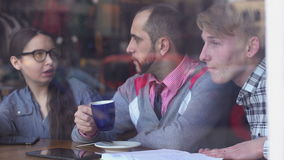 Τρεις, δημιουργικοί νέοι συναντήθηκαν σε έναν καφέ και συζήτηση του προγράμματος απόθεμα βίντεο