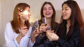 Τρεις θηλυκοί φίλοι γιορτάζουν τις διακοπές με τις ευθυμίες κρασιού και την πυρκαγιά της Βεγγάλης φιλμ μικρού μήκους