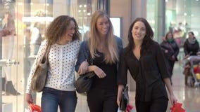 Τρεις θηλυκοί φίλοι που ψωνίζουν στη λεωφόρο από κοινού απόθεμα βίντεο