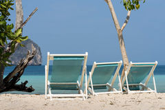 Τρεις καρέκλες παραλιών στην άποψη άμμου και θάλασσας Στοκ φωτογραφία με δικαίωμα ελεύθερης χρήσης