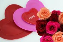 Τρεις καρδιές στο κέντρο με την ανθοδέσμη των τριαντάφυλλων στο χαμηλότερο δικαίωμα στοκ εικόνες με δικαίωμα ελεύθερης χρήσης