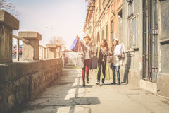 Τρεις καλύτεροι φίλοι που περπατούν στην οδό Στοκ Εικόνες