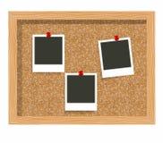 Τρεις κενές τυπωμένες ύλες φωτογραφιών πλαισίων, πίνακας ανακοινώσεων φελλού Κενή στιγμιαία φωτογραφία που καρφώνεται σε έναν πίν Στοκ Εικόνα