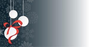Τρεις κρεμώντας σφαίρες Χριστουγέννων στο χιονίζοντας διάστημα υποβάθρου και αντιγράφων διανυσματική απεικόνιση