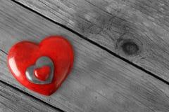 Τρεις κόκκινες καρδιές πετρών βαλεντίνων που συσσωρεύονται σε ένα αγροτικό ξύλινο υπόβαθρο στοκ φωτογραφίες με δικαίωμα ελεύθερης χρήσης