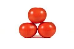 Τρεις κόκκινες ντομάτες σε κάθε μια πέρα από τη μακροεντολή μορφής πυραμίδων ή κλείνουν επάνω Στοκ φωτογραφία με δικαίωμα ελεύθερης χρήσης