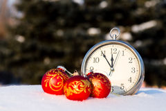 Τρεις κόκκινες σφαίρες Χριστουγέννων και wath σε ένα χιόνι Στοκ εικόνα με δικαίωμα ελεύθερης χρήσης