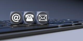 Τρεις κύβοι με τα σημάδια για το τηλέφωνο και την επιστολή ηλεκτρονικού ταχυδρομείου Στοκ Φωτογραφίες
