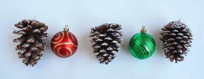 Τρεις κώνοι πεύκων και δύο σφαίρες Χριστουγέννων Στοκ φωτογραφία με δικαίωμα ελεύθερης χρήσης