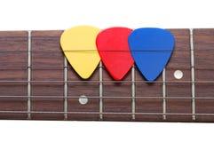 Τρεις μεσολαβητές χρώματος σε μια κιθάρα fingerboard Στοκ Φωτογραφία