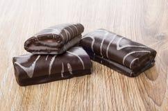 Τρεις μικροί ελβετικοί ρόλοι σοκολάτας στον πίνακα Στοκ εικόνες με δικαίωμα ελεύθερης χρήσης