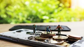 Τρεις μικροσκοπικοί μίνι αριθμοί με τα χρήματα συντηρήσεων σε κινητό Cashles Στοκ φωτογραφία με δικαίωμα ελεύθερης χρήσης