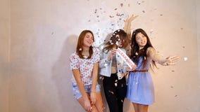 Τρεις μοντέρνοι θηλυκοί φίλοι που θέτουν με την εκκαθάριση σημαδιών και που απαιτούν τις αγορές, στάση στο δωμάτιο στο κλίμα φιλμ μικρού μήκους
