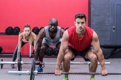 Τρεις μυϊκοί αθλητές που ανυψώνουν barbells στοκ φωτογραφίες με δικαίωμα ελεύθερης χρήσης