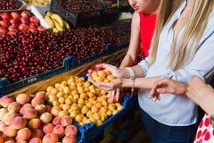 Τρεις νέες γυναίκες στην αγορά παντοπωλείων στοκ φωτογραφία