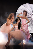 Τρεις νέες όμορφες γυναίκες και η μεγάλη ομπρέλα στοκ φωτογραφία με δικαίωμα ελεύθερης χρήσης