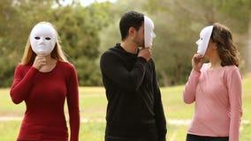 Τρεις νέοι με τη μάσκα που φαίνονται μεταξύ τους φιλμ μικρού μήκους