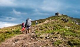 Τρεις οδοιπόροι που περπατούν στα βουνά Στοκ φωτογραφία με δικαίωμα ελεύθερης χρήσης