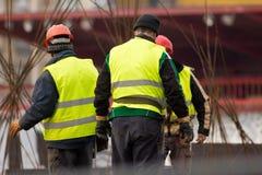 Τρεις οικοδόμοι στο εργοτάξιο οικοδομής εργάζονται με armature Στοκ φωτογραφίες με δικαίωμα ελεύθερης χρήσης
